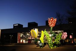 France. Nord (59). Lille. ' Les Tulipes de Shangri-La ', oeuvre de Yayoi Kusama sur l' esplanade d' Euralille.