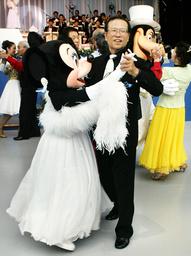 ELDERLY MAN DANCES WITH MINNIE MOUSE AT TOKYO IN URAYASU