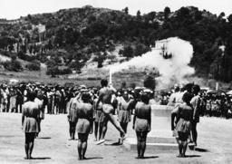 Kondyllis entzündet die Olymp.Flamme - Kondyllis lights the Olympic Flame/1936 - Kondyllis allumant la flamme olympique