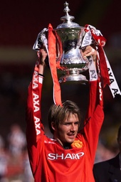 MANCHESTER UNITED'S DAVID BECKHAM RAISES THE FA CUP