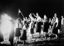 BdM-Gruppe bei Sonnwendfeier 1939 - BDM-Group at Midsummer Fest./Photo/ 1939 - Nazisme : groupement des Jeunes Filles allemandes (BdM).