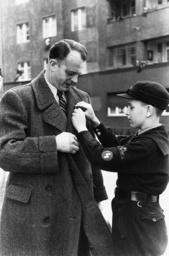 Volksabstimmung 10.4.1938/Anstecknadeln. - Referendum / 10.4.1938 / Pin badges. -