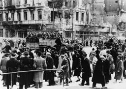 Warschau unter dt.Besatzung/Straßenszene - Warsaw under German occupation / 1939 - 2e G. M. / Scène de rue à Varsovie après l'arrivée de la weh