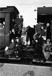 Nachkriegszeit / überfüllter Zug /Foto - Overcrowded train / Germany-Austria '48 - Après-guerre / Train bondé / Photo