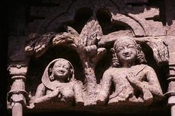Konarak, Sonnentempel, Pilgerpaar / Relief - - Konarak, temple du Soleil, couple de pèlerins / Relief