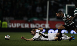 Vitoria Guimaraes' Mendes is tackled by Sporting's Nascimento during their Portuguese premier league soccer match at Alvalade stadium in Lisbon