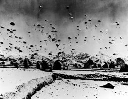 Korea-Krieg 1950/US-Luftlandetruppen - US paratroops landing/ Korean War/ 1950 -
