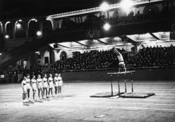 Hallensportfest/Polizei/Barrenturnen1938 - Gymnast on Parallel Bars / Photo / 1938 - Gymnastique/Police/Barres parallèles1938
