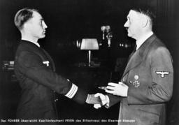 Hitler überreicht Prien Ritterkreuz - Hitler Prien Knight's Cross. -
