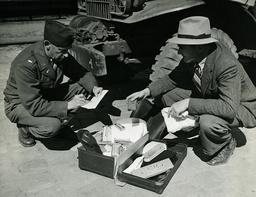 Koffer f.ehem.Kriegsgefangene/Foto 1945 - Suitcase for former POWs / Photo / 1945 -