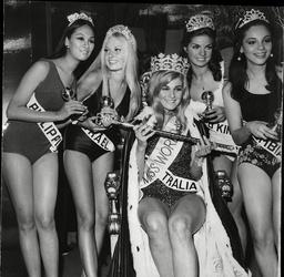 Miss Australia Penelope Plummer Is Crowned The 1968 Miss World