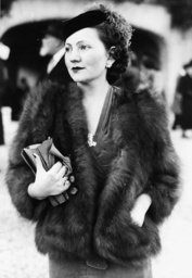 elegant gekleidete Dame / Foto 1937 - -