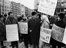 Demos 1965 Berlin, Studenten der Freien Universitâäžt Berlin demonstrieren fÂÅr die Aufnahme diplomatischer Beziehungen der BRD zu Israel: in der Mitte Probst Heinrich