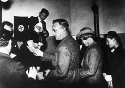 Seyss-Inquart bei Volksabstimm.1938 - Seyss-Inquart / Referendum / 1938 -