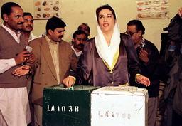 PAKISTAN'S BENAZIR BHUTTO VOTES IN NAUDERO