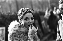 JOAN COLLINS AND GENE BARR ON LOCATION. FOR BURKES LAW LONDON. 04/02/68