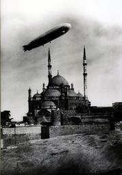Kairo, Luftschiff über Alabastermoschee - Egypt, Cairo, mosque and airship / photo - Égypte, Le Caire, mosquée et dirigeable