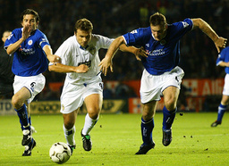 LEEDS UNITED'S VIDUKA IS SANDWICHED BY LEICESTER CITY'S TAGGART AND IZZET AT THE WALKERS STADIUM