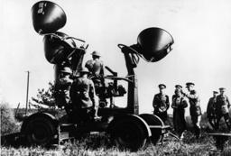 Georg VI. besichtigt Horchgerät - George VI inspects sound locator -