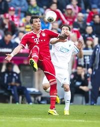 Mario MANDZUKIC FCB 9 Zweikampf Aktion um den Ball gegen Kai HERDLING Hoff 38 FC BAYERN München