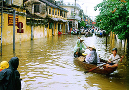 RESIDENTS IN BOAT IN HOI AN TOWN