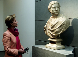 NORWAY'S QUEEN SONJA LOOKS AT BRUTO A SCULPTURE BY MICHELANGELO