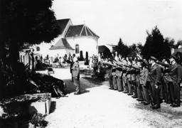 Turner am Grab der Eltern Hitlers 1938 - Gymnasts/ Hitler's parents' grave / 1938 -