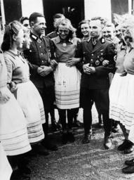Arbeitsmänner besuchen Arbeitsmaiden - RAD Men Visit RAD Women / Photo / 1943 -