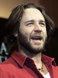 ACTOR CROWE POSES FOR PHOTOGRAPHERS AT NEWS CONFERENCE IN TOKYO