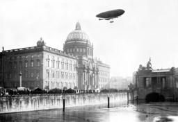 Military balloon 'Gross II' above the Berliner Stadtschloss, 1909