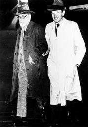 Freud bei Ankunft in London 1938. - Freud arriving in London 1938. -